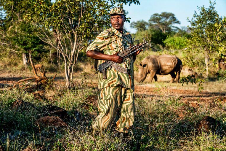 Een ranger in het Mosi-oa-Tunya National Park in Zambia. Beeld Raymond Rutting