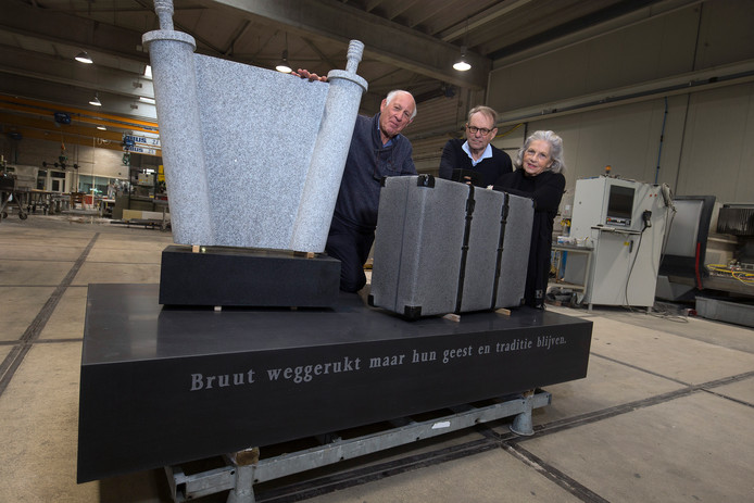 De initiatiefnemers van het Joods Monument van Arnhem tonen het gedenkteken in de werkplaats van Ariës in Zevenaar. Vlnr Jaap Clifford, Leo Vosdingh en Betty Jacobs.