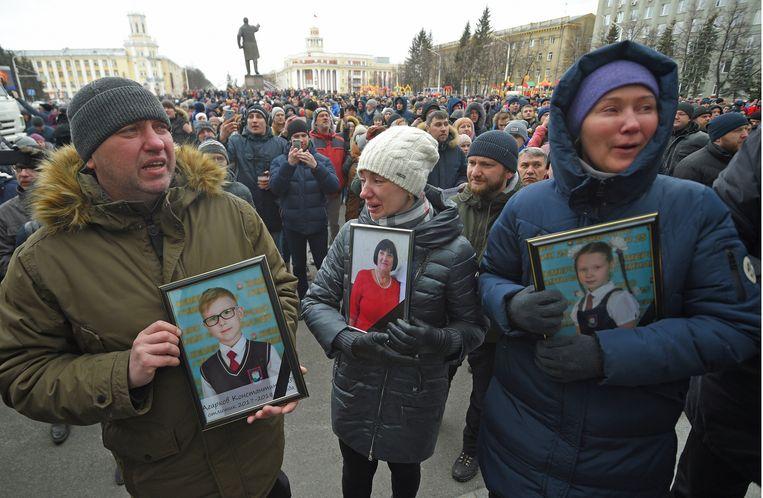 Woedende bewoners van de getroffen stad Kemerovo gaan de straat op om een diepgravend onderzoek naar de ramp te eisen. Beeld Photo News