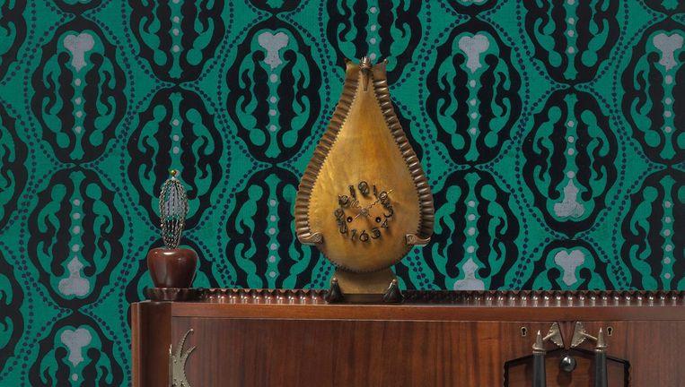 Michel de Klerk, dressoir, ontwerp 1916-1917, uitv. 't Woonhuys, Amsterdam; Michel de Klerk, klok, 1914, uitv. vermoedelijk Willem Rädecker; Lambertus Zwiers, ontwerp voor behang, 1915-1917. Beeld Erik & Petra Hesmerg