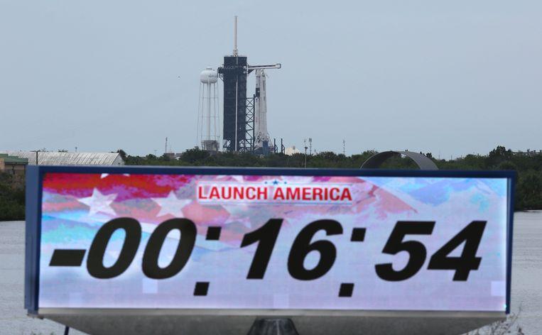 Het aftellen is gestopt bij de lancering van de bemande Crew Dragon van SpaceX. Zaterdag volgt een nieuwe poging. Beeld AFP