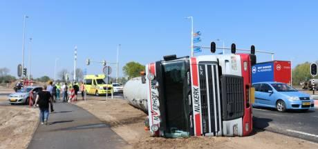 Vrachtwagen kantelt in Voorthuizen