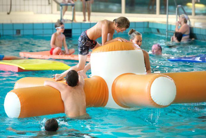 Zwembad De Helster is aan vervanging toe. De vraag is nu waar de nieuwbouw moet komen.
