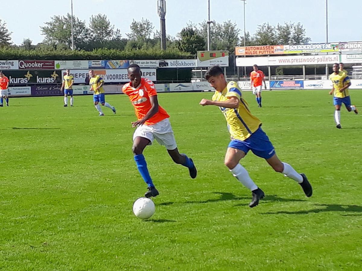Hossein Jabir (rechts) van NSC snelt langs Brandon Karangwa van FC Horst.