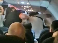 Un homme escorté hors d'un avion après avoir essayé de frapper une passagère