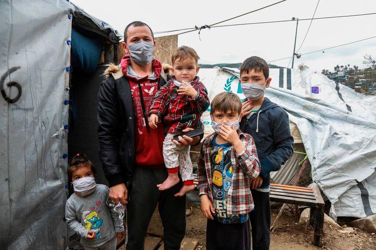 Een migrantenfamilie in Kamp Moria.  Beeld AFP