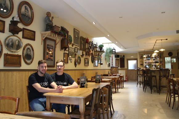 Maarten en Aad in hun Café Centraal in Oostrozebeke.