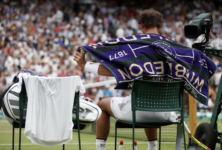 Rafael Nadal rust uit tijdens een Wimbledon-wedstrijd.  Beeld AFP