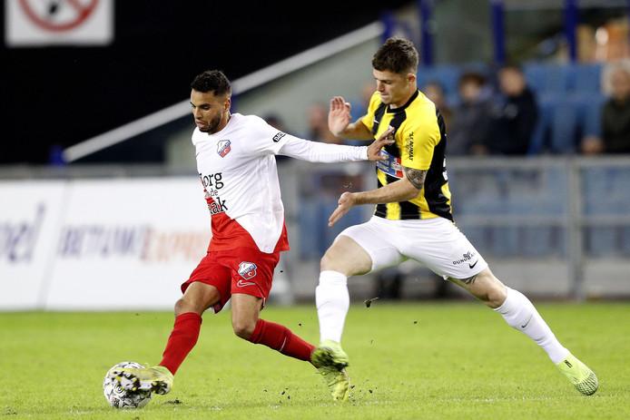 Thomas Buitink voor Vitesse in duel met Adam Maher van FC Utrecht.