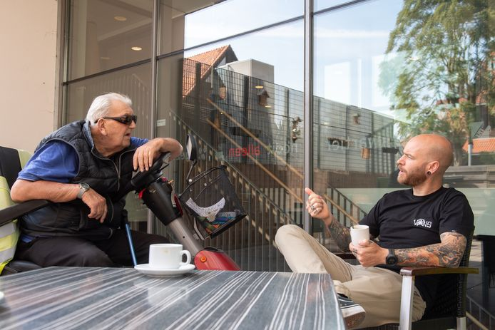 Centrumcoördinator Rob Haen (rechts) kan weer gezellig kletsen met bezoeker Sjef Schenkels.