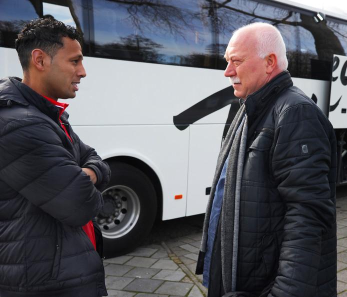 Johan Schouten praat, kort voor vertrek naar Gemert, met aanvoerder Josimar Pattinama.