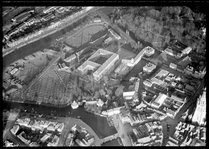Het Kasteel van Breda en omgeving, omstreeks 1925. Met rechtsboven het Valkenberg, en linksonder het Spanjaardsgat. Rechts is nog net de toren van de Grote Kerk te ontwaren.