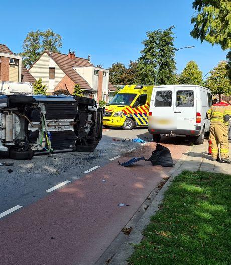 Voertuig botst op twee voertuigen en eindigt op zijkant in Zevenaar; één gewonde