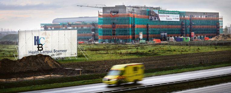 Het nieuwe Maasziekenhuis in aanbouw, met links op de voorgrond de plaats waar de Hans Oncology Clinic moet verrijzen. Beeld Marcel van den Bergh