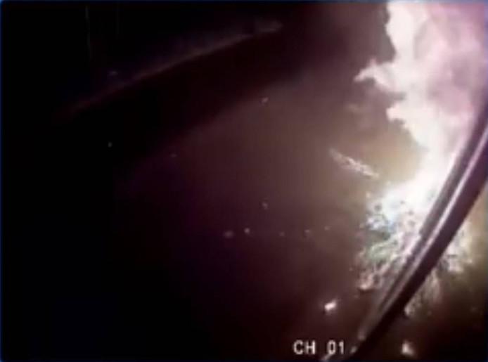 Flinke vlammen sloegen tegen de gevel van het café. Still uit beelden van bewakingscamera.