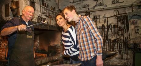 Stempelen langs Veluwse musea met gids in de hand