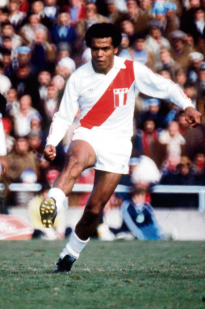 Teofilo Cubillas in actie namens Peru.