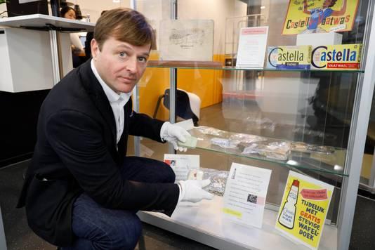 Hoogleraar Frank Mehring bij de expositie in de bibliotheek van de Radboud Universiteit.