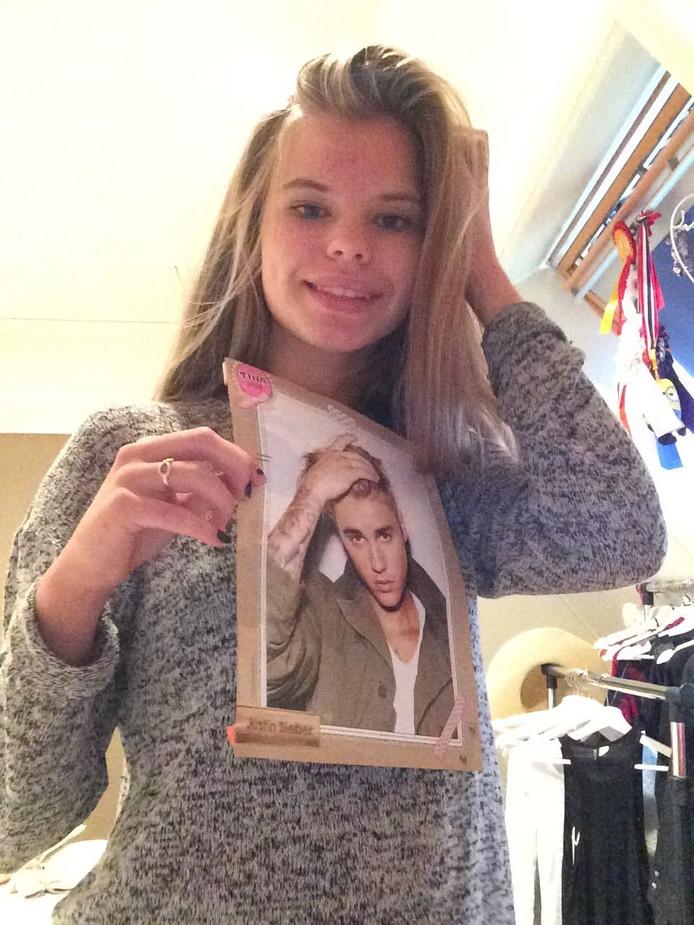 Sarah met een poster van Justin Bieber.