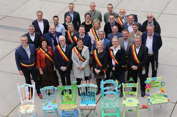 De burgemeesters bij enkele toekomststoelen.