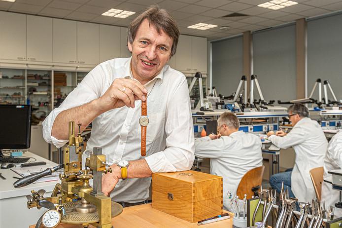 Docent uurwerktechniek Arjan Barnard, hier in het praktijklokaal van de Vakschool Schoonhoven, is auteur van het boek. Barnard: ,,Deze horloges voor 'Jan Modaal' pasten naadloos bij de opleiding. Ik kon hiermee een ontwikkeling schetsen van eenvoud, techniek en de toegenomen complexiteit.''