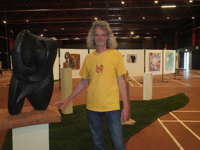 Geert Colpaert bij een van zijn beelhouwwerken.