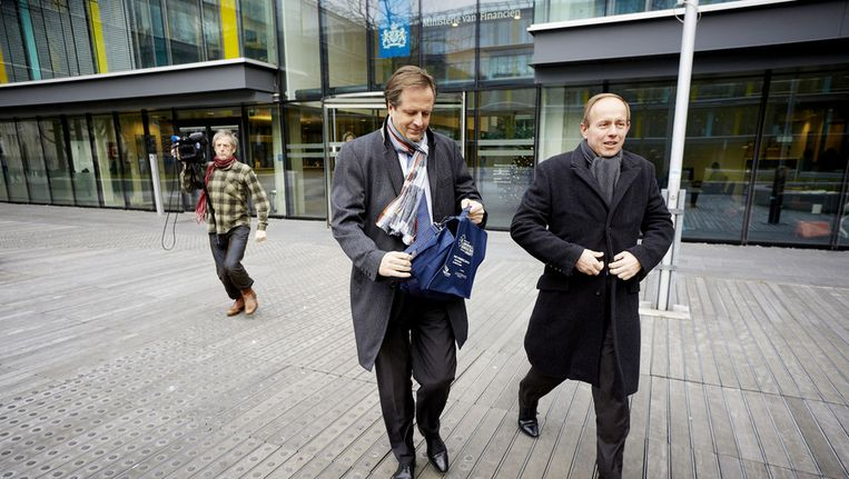 Fractievoorzitter Kees van der Staaij (R) en D66-leider Alexander Pechtold verlaten het ministerie van Financien na afloop van het pensioenoverleg gisteren Beeld anp