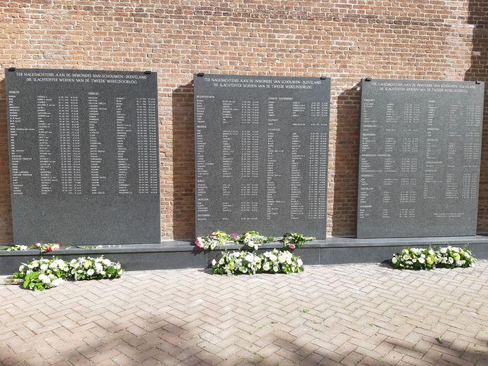De linker plaquette is volledig gewijd aan omgekomen inwoners van Zierikzee. Op de twee andere staan de overige inwoners van Schouwen-Duiveland