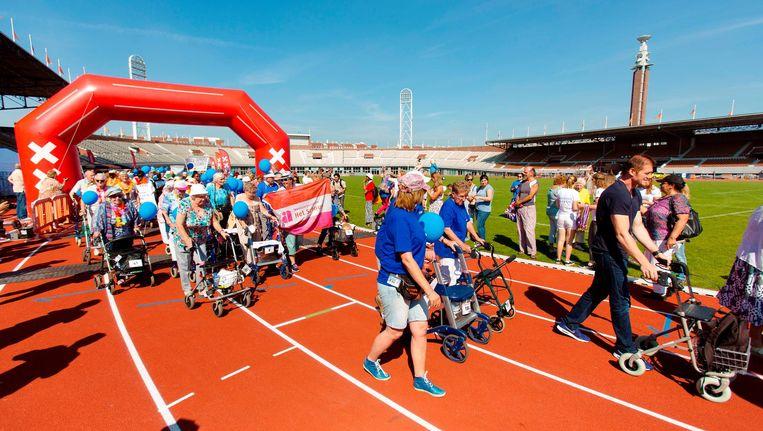 Ouderen vorig jaar in actie tijdens de rollatorloop. Beeld Olympisch Stadion