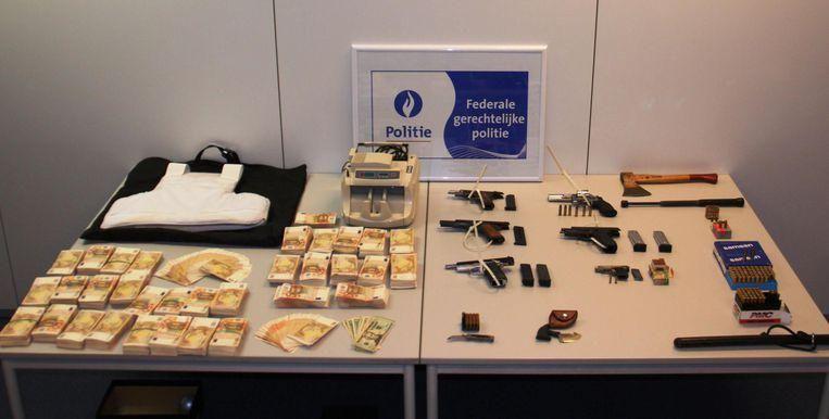 Bij invallen vond de politie onder meer 470.000 euro in totaal, vijf pistolen, munitie en een geldtelmachine.