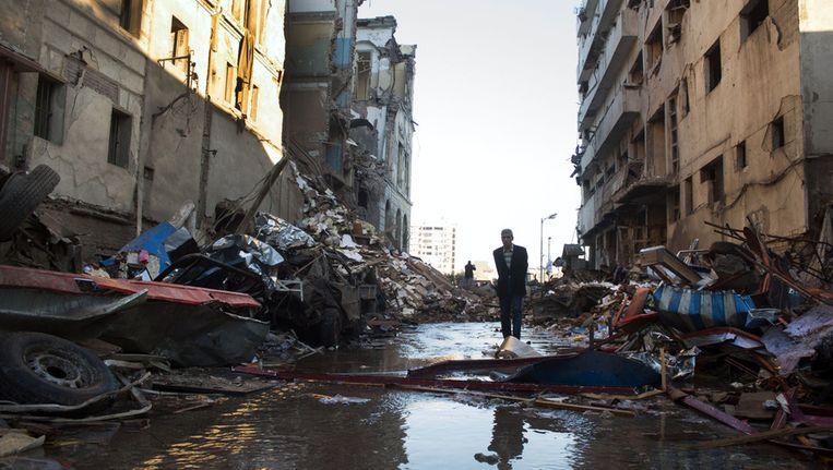 Resten van gebouwen en auto's nadat er in Mansoura dinsdag een krachtige autobom ontplofte. Beeld ap