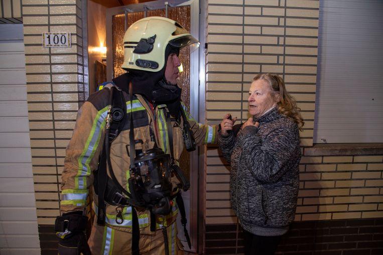 Buurvrouw Marie José merkte de vlammen op en alarmeerde meteen de hulpdiensten. Via haar huis kon de brandweer voorkomen dat het vuur uitbreidde naar de aanpalende woningen.