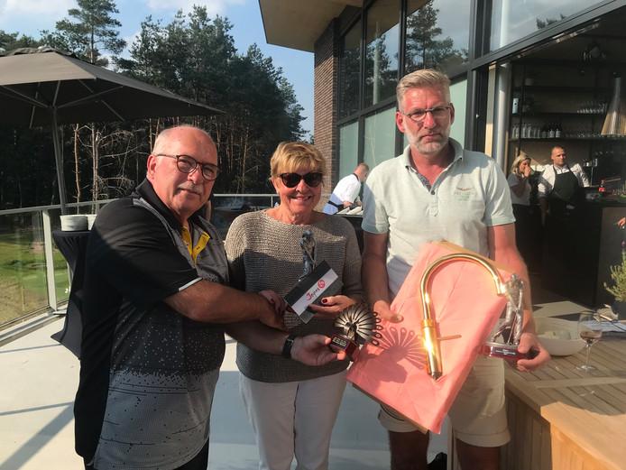 Kees van Dorp (links, organisatie) met winnaars Evelien Wiedenhoff en Henk Lubbersen.