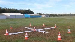 Everzwijnen ploegen landingsbaan om van vliegveld Kiewit