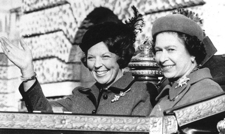 Lachend zwaait koningin Beatrix vanuit een open koets naar het publiek, als zij in 1982 tijdens haar vierdaagse staatsbezoek aan Engeland met de Britse vorstin Elizabeth II door de straten van Londen naar Buckingham Palace rijdt. Beeld anp