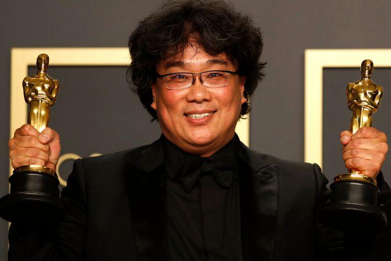 Bong Joon-ho poseert met zijn Oscars voor beste regisseur en beste buitenlandse film Beeld EPA