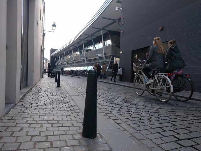 Paaltjes in de Molenstraat van Breda, op trottoir langs bibliotheek Nieuwe Veste.