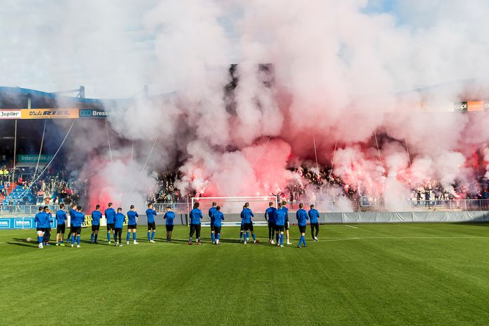 De spelers van Willem II bedanken de supporters voor hun komst.