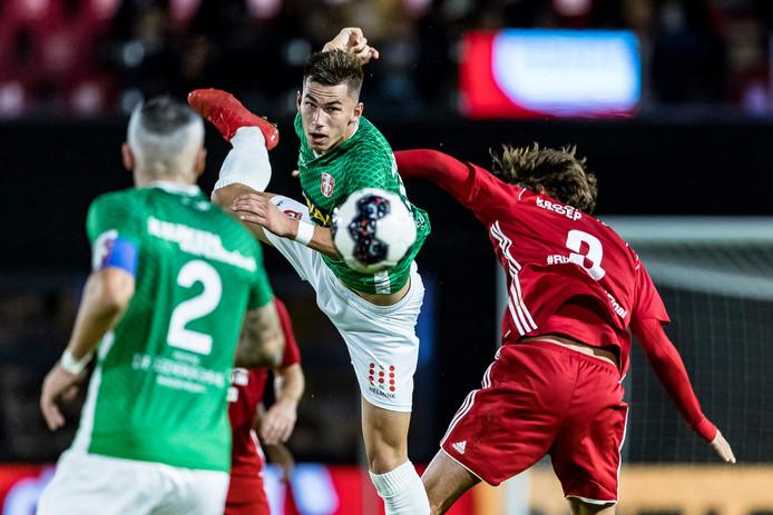 Lewis Montsma wint een luchtduel tijdens het KNVB-bekertreffen met Almere City FC.