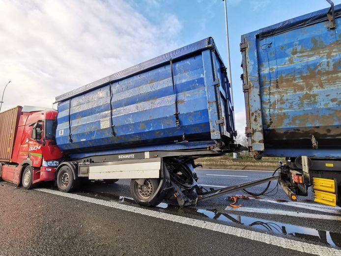 In Temse gebeurde een kop-staartaanrijding tussen drie vrachtwagens en een auto.