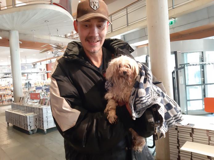 Marc van Wietmarschen en hondje Desi halen een nat pak in Almelo.
