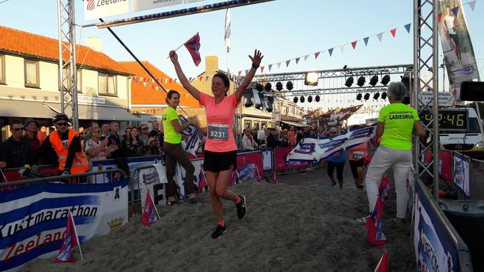 Annemiek van Kooten wint de Ladiesrun over 10 kilometer.