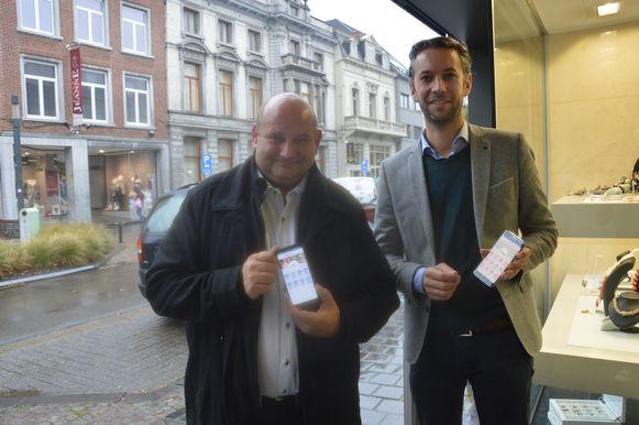 Schepen Alain Triest en VHN-voorzitter Diether Nachtergaele tonen de nieuwe stadsapp.