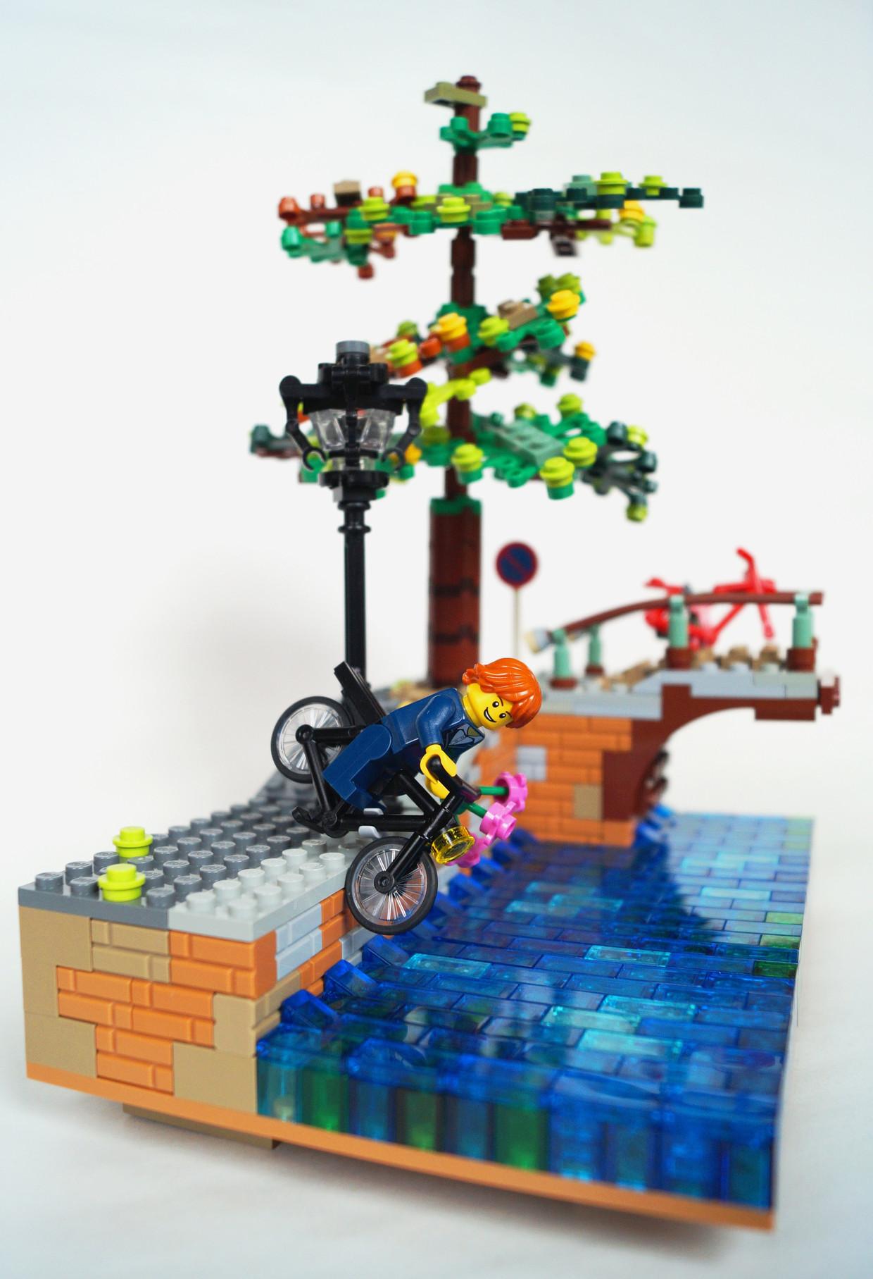 In Lego: een shot uit een film van Bas Jan Ader, die de gracht in fietst. Beeld