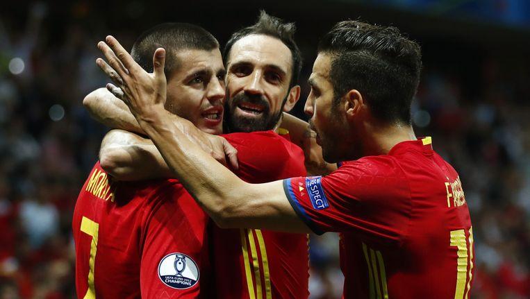 Morata, Juanfran en Fabregas (vlnr) vieren het eerste Spaanse doelpunt tegen Turkije. Beeld reuters