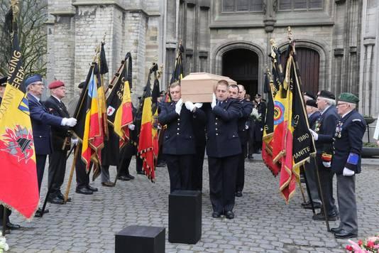 Antoon werd door zijn collega-brandweermannen de kerk buiten gedragen.