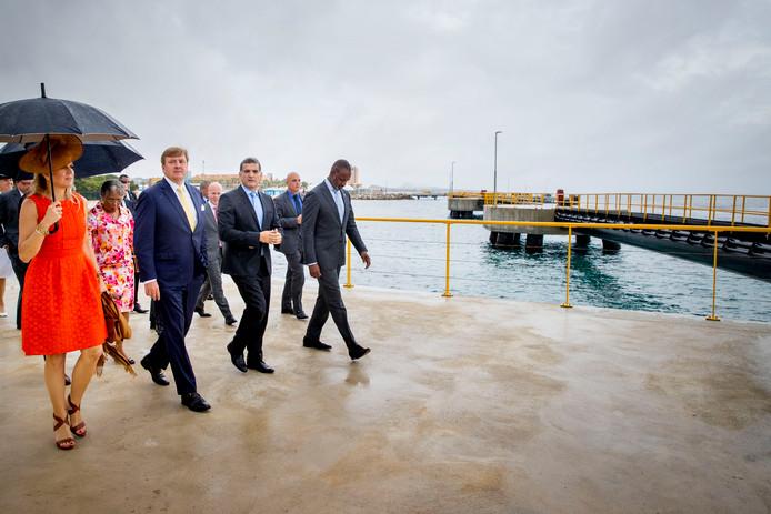 Niet gehinderd door de regen bezoekt het koningspaar in het havengebied Megapier 2.