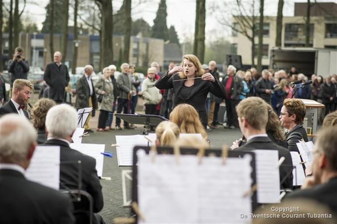 Optreden van de Vriezenveense Harmonie bij onthulling nieuw oorlogsmonument in Vriezenveen.