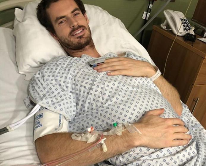 Andy Murray in het ziekenhuis na zijn heupoperatie afgelopen maandag.