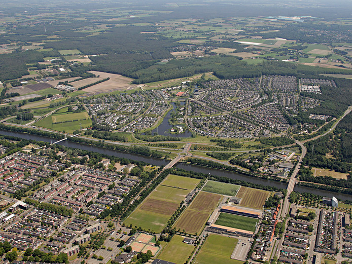 De wijk Dierdonk met op de voorgrond de Zuid-Willemsvaart en de N279 en pal achter de wijk natuurgebied de Bakelse Beemden.